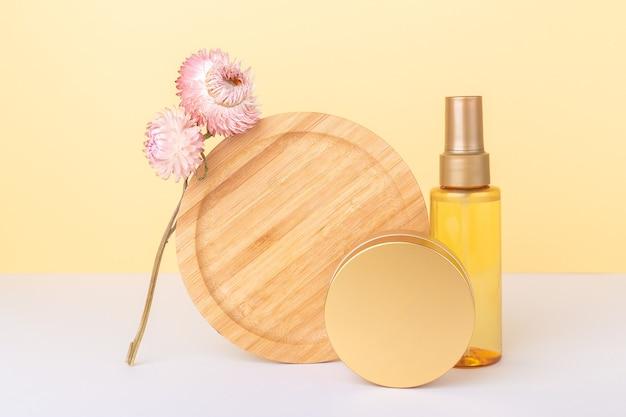 Makieta przezroczystej plastikowej butelki z kosmetykami organicznych olejków i słoiczkiem naturalnego kremu. równoważenie zrównoważonego składu