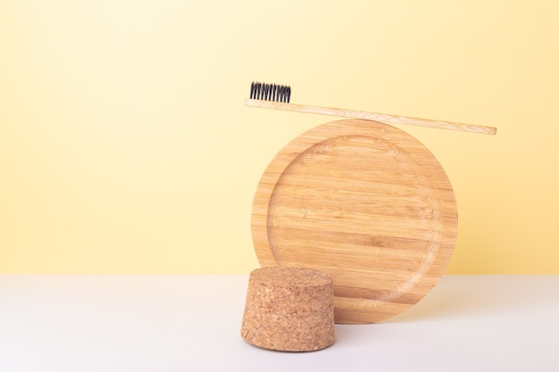 Makieta przezroczystej plastikowej butelki z kosmetykami z olejami organicznymi i narzędziami nadającymi się do recyklingu. zero marnowania. równoważenie trwałego składu - image