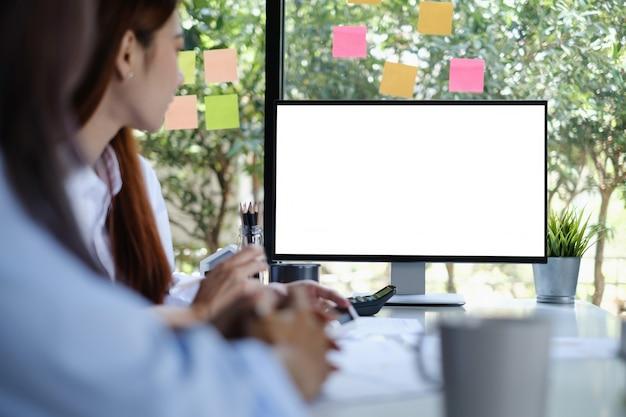 Makieta pulpitu komputera z pustym ekranem. grupa ludzi biznesu, spotkanie i burza mózgów przez wideokonferencję.