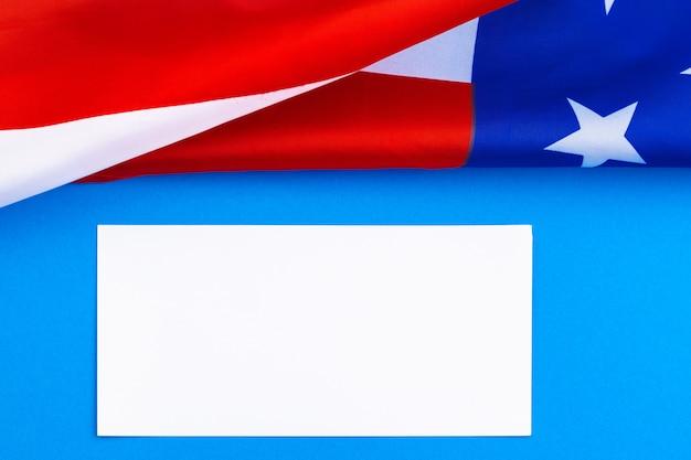 Makieta pustą kartkę z życzeniami z amerykańską flagą, happy american independence day, 4 lipca