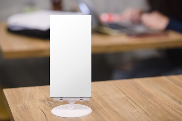 Makieta pusta ramka menu na stole w restauracji