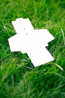 Makieta puste białe rozłożone pudełko na akcesoria odzieżowe na zielonej trawie trawnika latem z kopią ...
