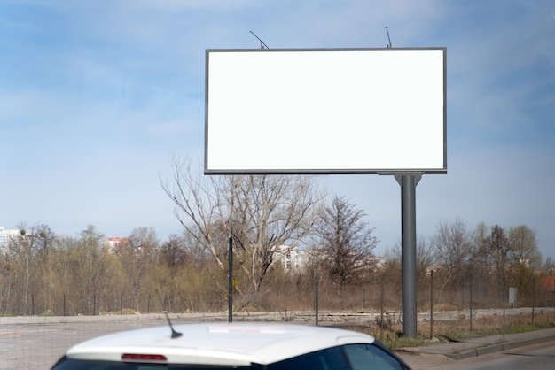 Makieta puste billboard na reklamę, tło ulicy miasta. pusty billboard gotowy na nową reklamę na drodze