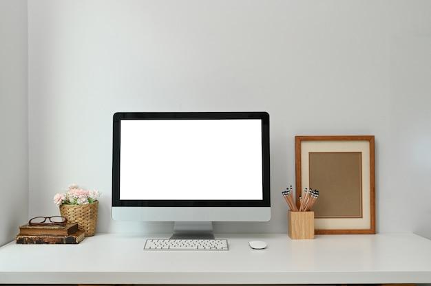 Makieta pustego komputera na biurku na białym stole w nowoczesnym salonie.