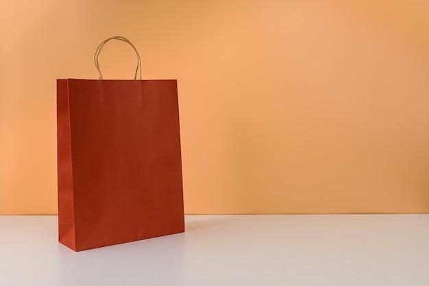 Makieta pustego opakowania rzemieślniczego lub kolorowej papierowej torby na zakupy z uchwytami