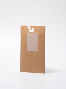 Makieta pustego zamkniętego pudełka rzemieślniczego jako jednorazowe opakowanie z ekologicznych materiałów nadających się do recyklingu.