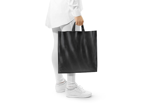 Makieta pustej czarnej plastikowej torby trzymając rękę
