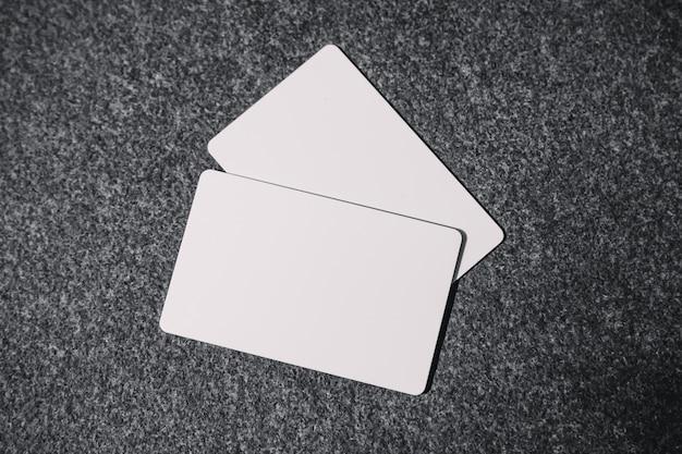 Makieta pustej karty kredytowej na stole