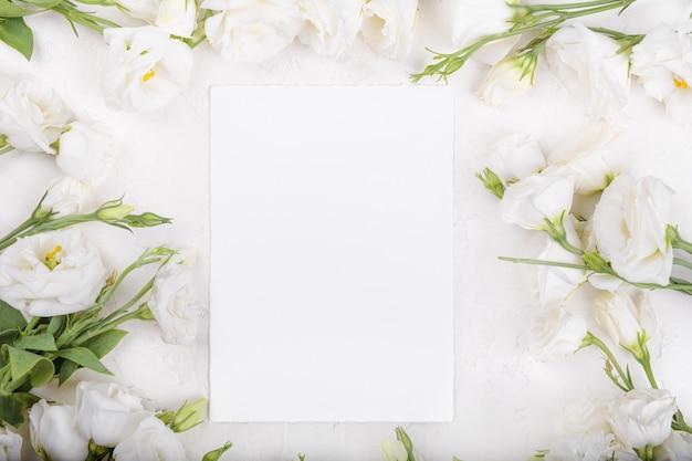 Makieta pustej karty z kwitnącymi białymi kwiatami eustoma lisianthus