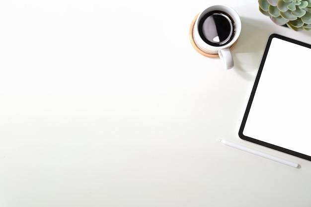 Makieta pusty ekran tablet z kawą na biurku