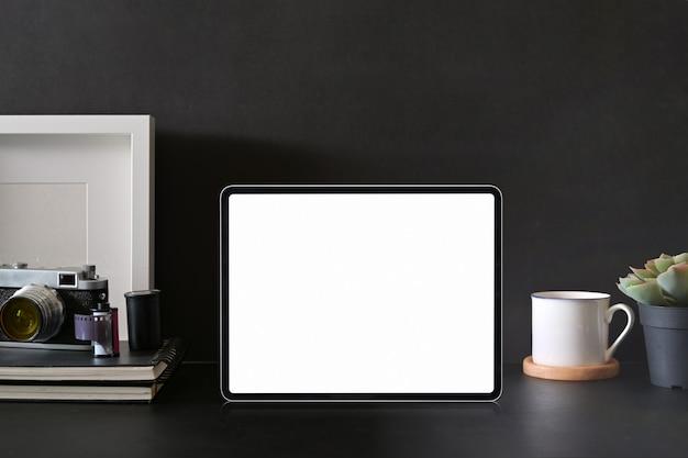 Makieta pusty ekran tabletu na obszar roboczy fotografa
