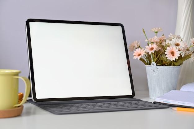 Makieta pusty ekran tabletu z klawiaturą w domu pracy studio