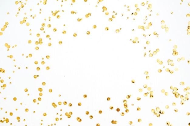 Makieta rama wykonana ze złotego konfetti świecidełka na białym tle