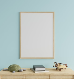 Makieta ramka w pokoju dziecięcym na niebieskiej ścianie, ozdobiona lalką żółwia i drewnianym samolotem na stole. renderowanie 3d.