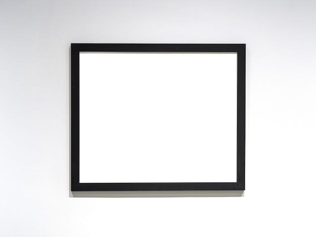 Makieta ramki na zdjęcia, czarna ramka z białym pustym arkuszem na ścianie. miejsce na tekst.