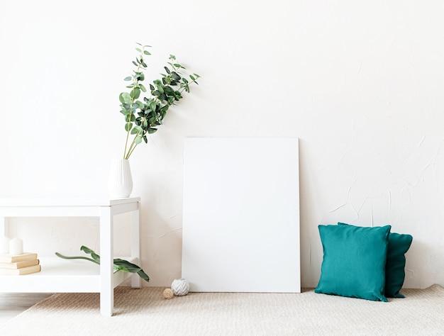 Makieta ramki plakatowej z dekoracjami na tle białej ściany. skopiuj miejsce