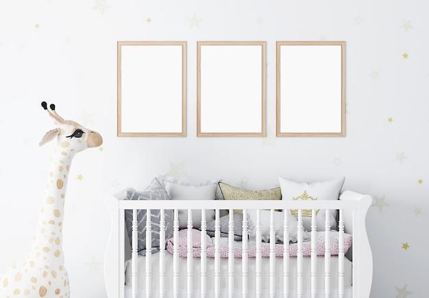 Makieta ramki w pokoju dziecięcym z białymi ścianami