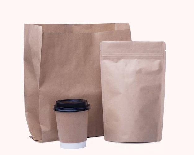 Makieta recyklingu papierowego kubka, papierowej torby, worek ziaren kawy na białym tle