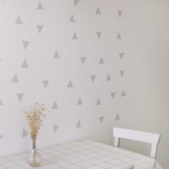 Makieta ściany w nowoczesnym wnętrzu kuchni ze stołem i krzesłem