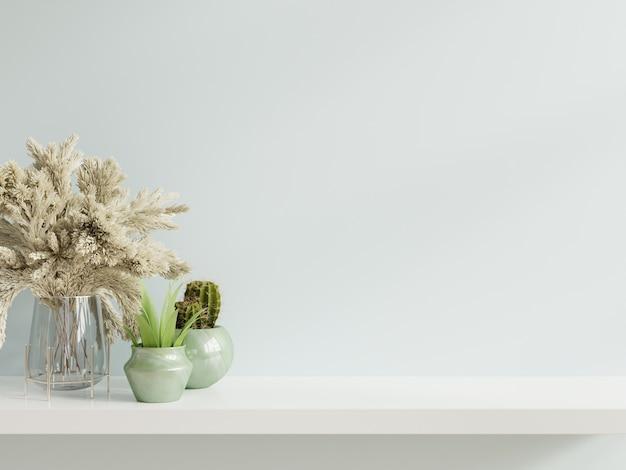 Makieta ściany z roślinami na półce drewnianej.