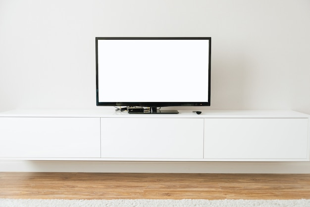 Makieta smart tv z białym ekranem stojąca w białym salonie