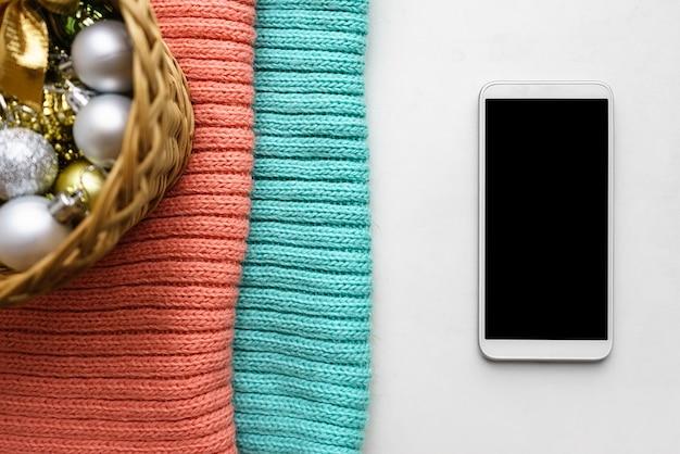 Makieta smartfona z dekoracjami świątecznymi do aplikacji mobilnej