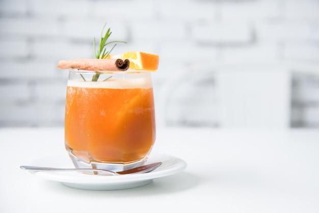 Makieta sody pomarańczowej mięty ze świeżą pomarańczą. miękka ostrość świeżego drinka w vintage kawiarni. tradycyjny letni napój