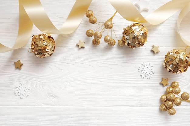 Makieta świątecznych dekoracji widok z góry i złota kula, flatlay na białym tle