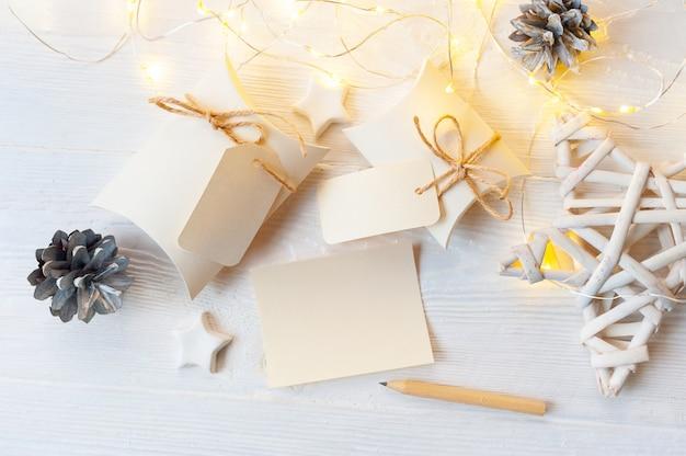 Makieta świątecznych pudełek upominkowych z etykietą na drewnianym