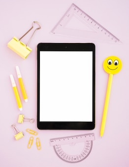 Makieta tabletu otoczona materiałami biurkowymi