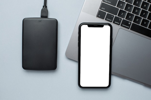 Makieta telefonu komórkowego i wymienny dysk twardy z laptopem