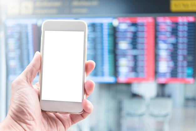 Makieta telefonu komórkowego z wolnej przestrzeni. ręka trzyma telefon komórkowy na lotnisku z niewyraźne pokładzie lotu