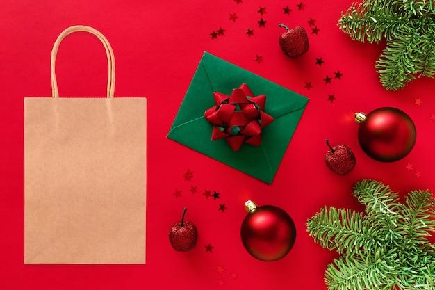 Makieta torby na zakupy kraft na świątecznej przestrzeni. gałązki choinkowe, bombki