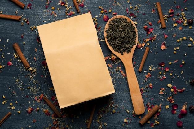 Makieta torby papierowej obok zielonej herbaty