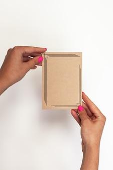 Makieta towarzysząca notatce po dostawie szablonów kobieca ręka trzymająca pustą wizytówkę na białym...