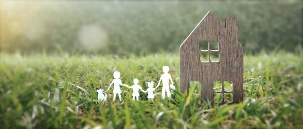 Makieta wolnostojącego miniaturowego domu. koncepcja inwestycji w nieruchomości