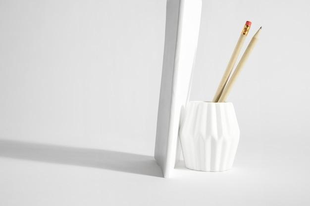 Makieta z książką i ołówkami