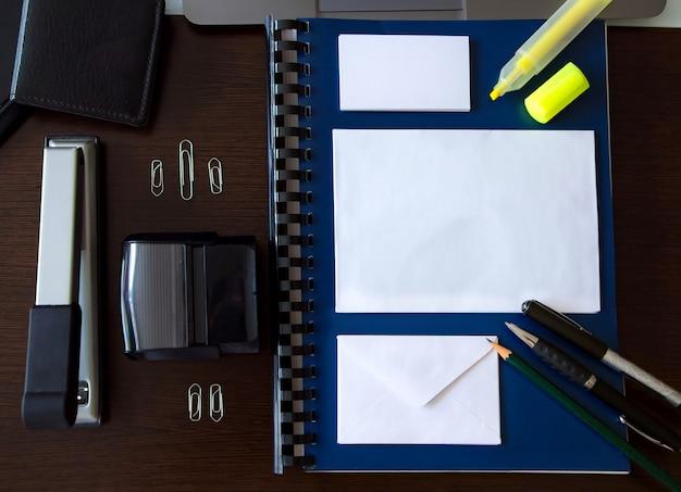 Makieta z obiektami biurowymi na biurku z miejsca do pisania