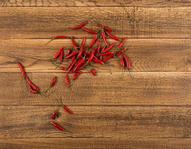 Makieta z papryczkami chili na podłoże drewniane