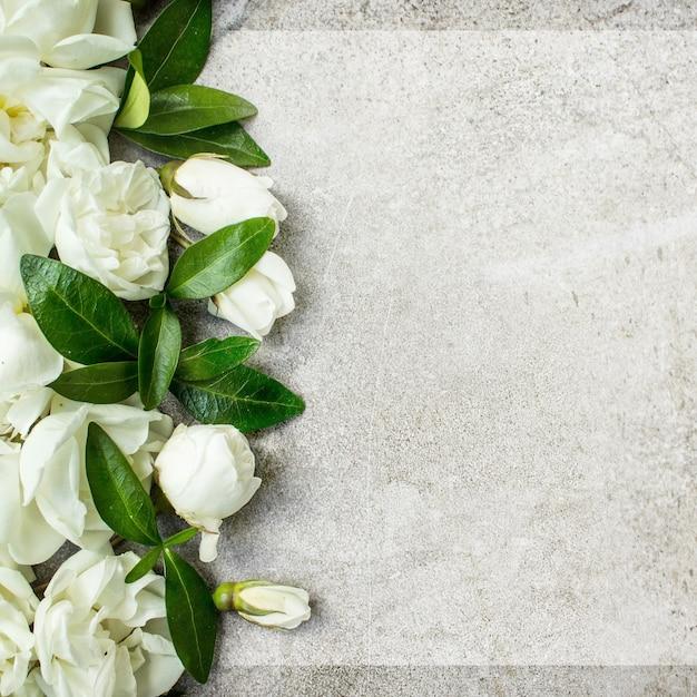Makieta z życzeniami, układ róż. list miłosny z różami. puste miejsce na twój tekst. widok z góry
