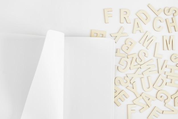 Makieta ze stroną i literami