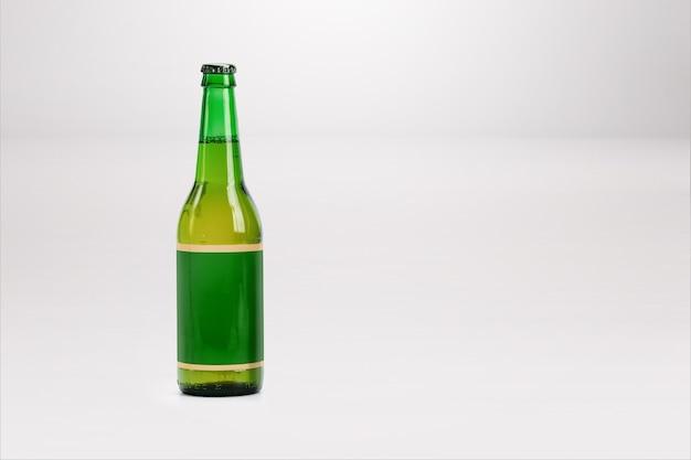 Makieta zielonej butelki piwa na białym tle - pusta etykieta