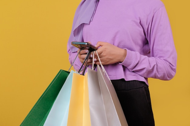 Makieta żółtej torby na zakupy z telefonem komórkowym