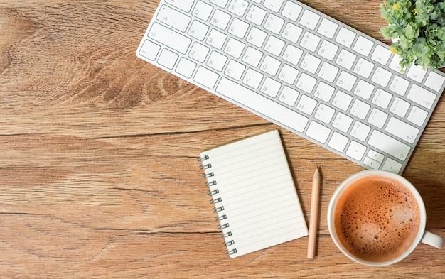 Makiety białej klawiatury, myszy, notebooka i filiżanki kawy