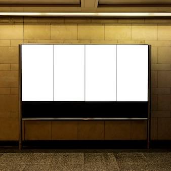Makiety billboardów na ścianie