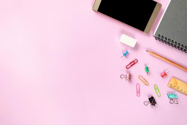 Makiety inteligentny telefon i sprzęt biurowy lub akcesoria na kolorowe tło
