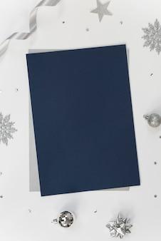 Makiety kartkę z życzeniami na biały z ozdób choinkowych i konfetti.