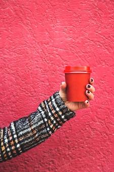 Makiety kawy na filiżankę w kobiecej dłoni