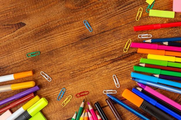 Makiety kolorowe ołówki, markery i pióra z miejsca kopiowania. powrót do koncepcji szkoły