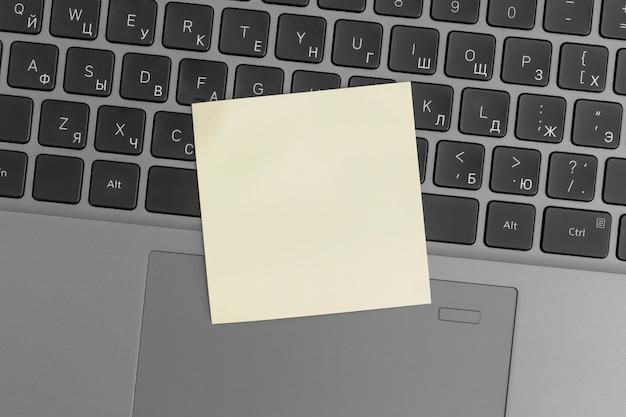 Makiety kolorowych karteczek na laptopie. koncepcja biznesowa, strategia, planowanie
